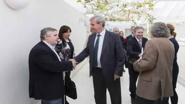 De la Sierra saluda a Bolado antes de presentar presupuestos en el Parlamento