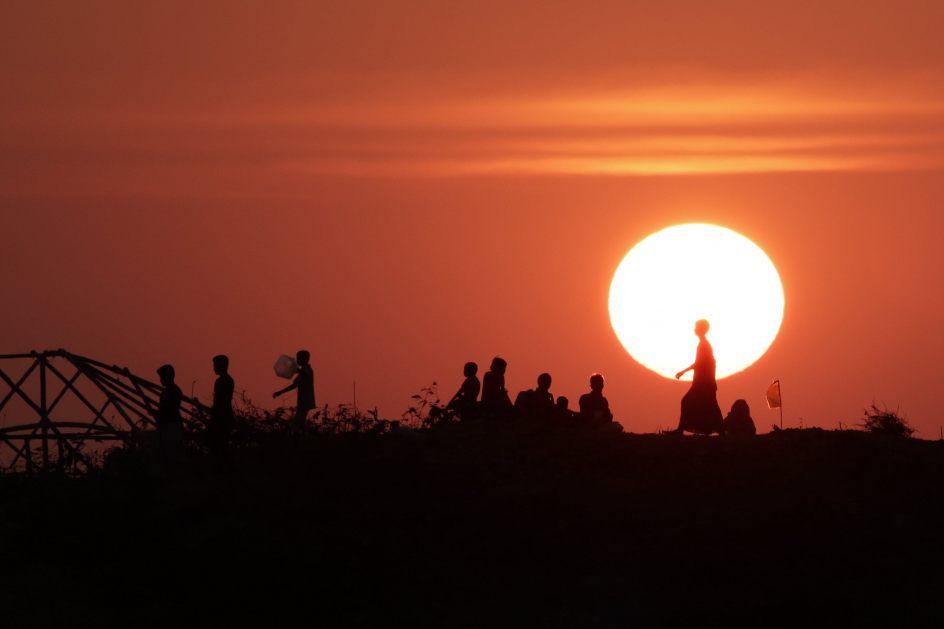 Refugiados bajo el sol. Refugiados rohinyás esperan en lo alto de una colina para colocar sus tiendas de campaña en el campamento Balukhali, en Ukhiya (Bangladesh).
