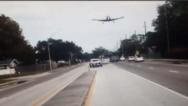 Una avioneta aterriza en plena autopista
