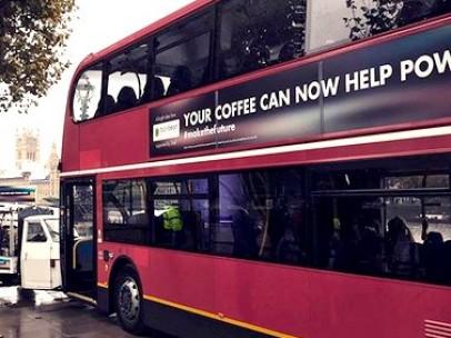 Autobús en Londres con el cartel sobre el uso del café