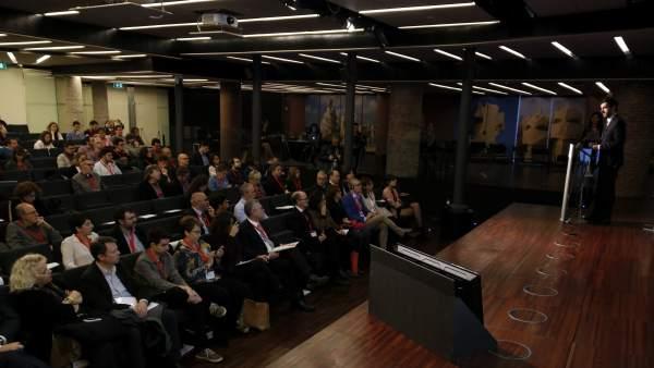 Parte del público y el escenario de la jornada del AMIC en el Auditori de La Pedrera.