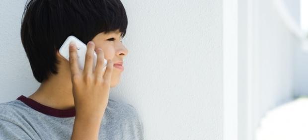 Niño hablando por el móvil