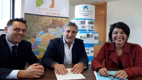 Baldellou, Ramo y Santos han firmado este acuerdo entre 'la Caixa' y la Comarca