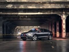 Ford lanza su primer coche de policía híbrido enchufable con protección contra puñaladas