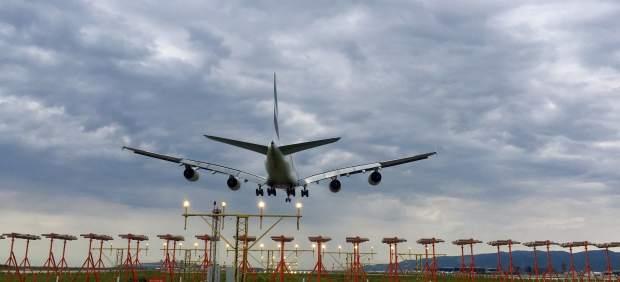 El mal tiempo complica la vuelta del puente: vuelos cancelados en El Prat y grandes atascos