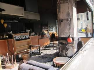 Interior de la cafetería Starbucks tras el incendio de la huelga general.