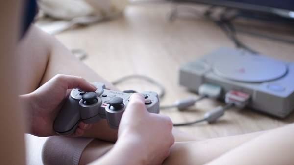 Jugando a videojuegos, videoconsola