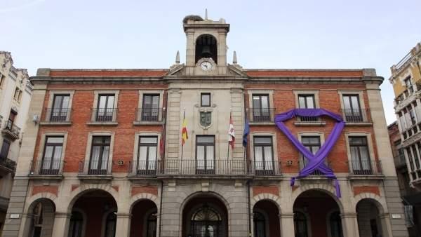 Lazo violeta en la fachada del Ayuntamiento de Zamora