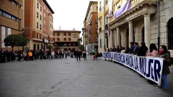 Concentración en Teruel en memoria de las víctimas de violencia contra la mujer