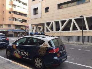 Un coche de policía ante la Comisaría provinicial de Alicante