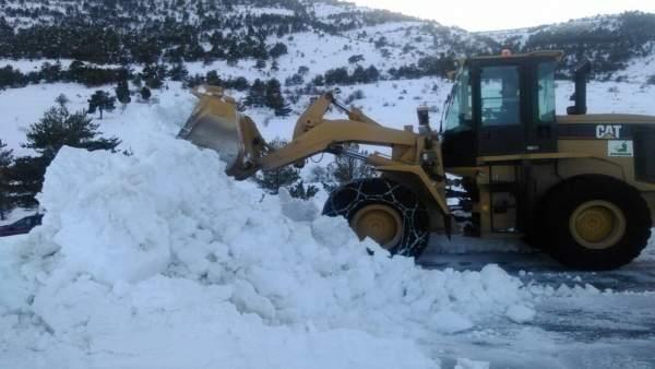 Una de las máquinas de la DPT trabajando en una carretera de la provincia