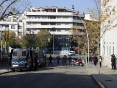 Furgones y agentes de la Policía Nacional delante de la comisaría de este cuerpo en Lleida, ubicada al lado del colegio Lestonnac.