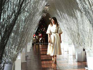 Recorriendo pasillos adornados de Navidad