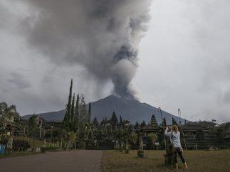 Arrojando cenizas volcánicas