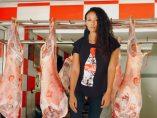 Mujer colgada de un gancho de carne