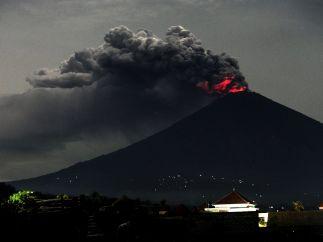 El Agung sigue arrojando ceniza