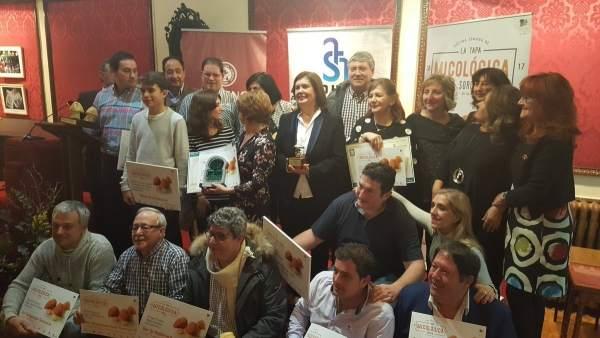Foto de familia con los premiados de la Tapa Micológica