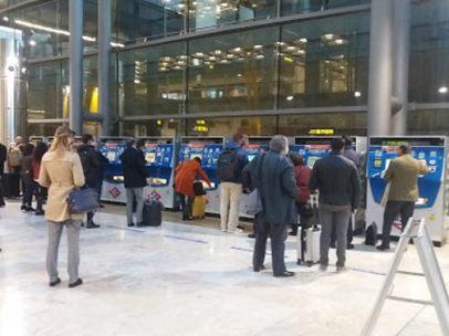 Viajeros optan por el Metro en la T4 de Barajas