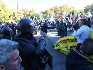 Tensión entre policías y taxistas en Madrid