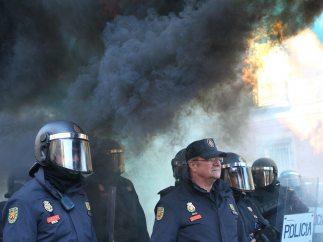 Antidisturbios vigilan a los manifestantes