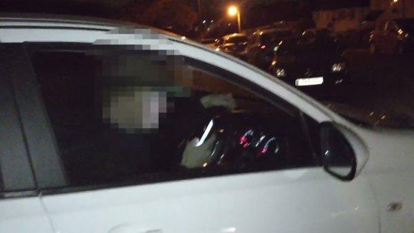 Un conductor usa el móvil en un coche