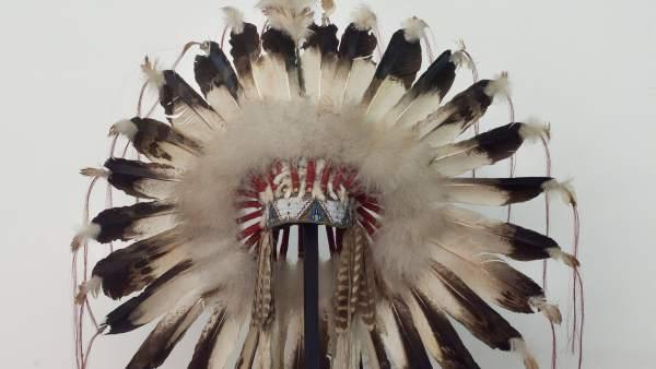 Tocado de plumas sioux de la colección de Ana y Bertrand de Montauzon