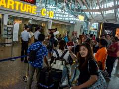 Turistas abandonando Bali