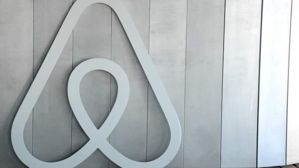 El logo de Airbnb en las oficinas de la plataforma.