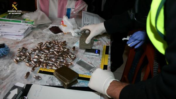 Bellotas y tabletas de hachís halladas durante uno de los registros