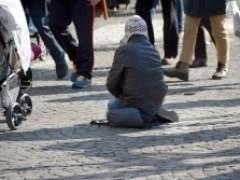 Un indigente pidiendo en la calle