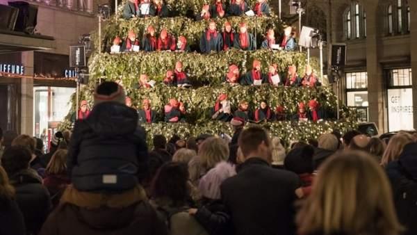 Ciudadanos cantando el Chirstmas Tree en Zurich.