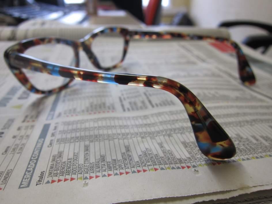 Unas gafas sobre un periódico.