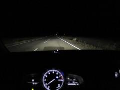 Visión nocturna de una carretera desde un Mazda CX-3