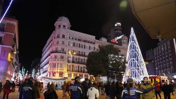 Peatones en Navidad en Madrid