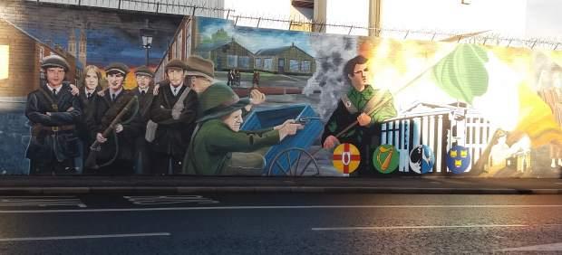 Murales a favor del Ejército Republicano Irlandés (IRA) en la calle Divis Street, en Belfast (Ulster).