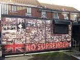 Fotografías a favor del unionismo y de Gran Bretaña, con el famoso lema 'No surrender' ('sin rendición') en la calle Shankill Road, en Belfast (Irlanda del Norte).