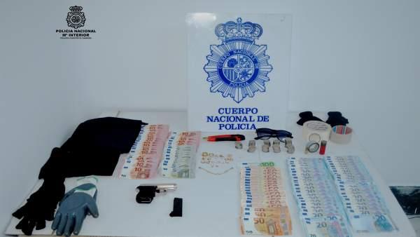 Material ocupado a los dos detenidos.