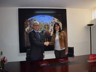 El director de  Cepsa, José Antonio Agüera, y la rectora de la UHU, Antonia Peña