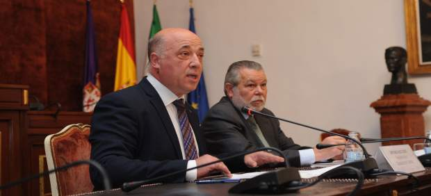 Antonio Ruiz (izda.) y Salvador Blanco presentan los presupuestos para 2018
