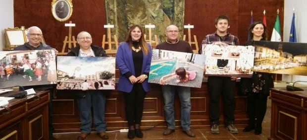 Barbero (centro), junto a los artistas y las obras premiadas