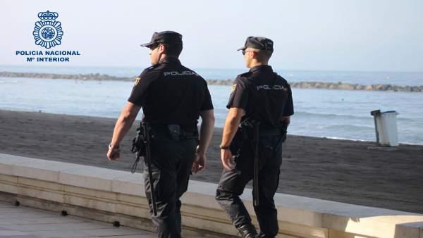 Una pareja de agentes de Policía en el Paseo Marítimo