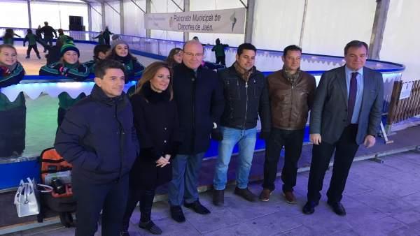 Visita a la pista de hielo instalada en la plaza Empresario Diego Torres.