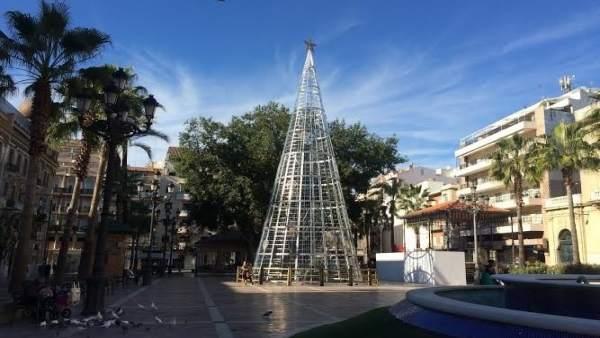 ÞÁrbol de Navidad en la Plaza de las Monjas de Huelva.