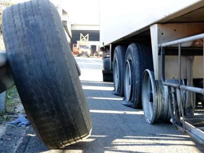Una rueda a punto de ser cambiada en uno de los camiones que ha aparecido con las ruedas pinchadas en la autopista AP-7, entre Montmeló y Sant Cugat del Vallès (Barcelona).