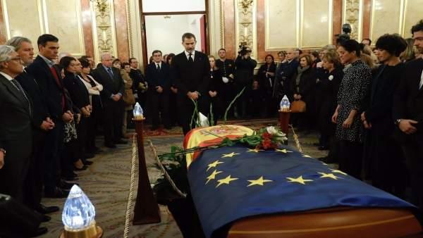 El Rey en la capilla ardiente en memoria de Manuel Marín