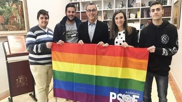 Socialistas junto a la bandera LGTBI