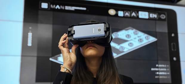 Una espectadora experimenta con la app 'MAN Virtual'