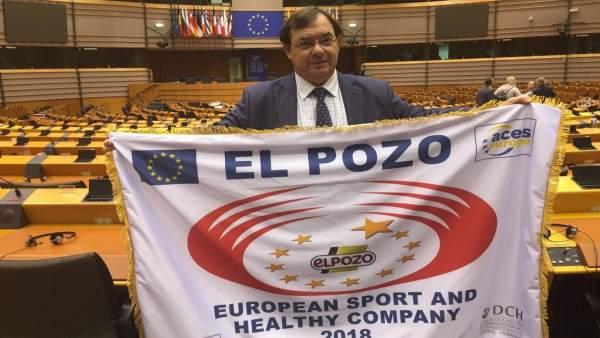 Manuel García Juesas con la bandera acreditativa de Empresa Europea del Deporte
