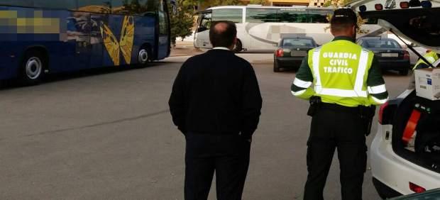 Agente con uno de los detenidos en control transporte escolar
