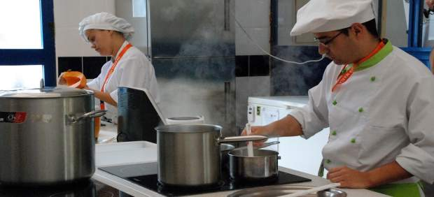 Personas cocinando, trabajando
